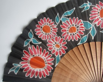 Hand-painted silk fan. AP0009