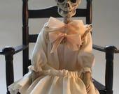 SUR la vente de vinaigre poupée Cordelia par William Bezek, un art de squelette fœtus morts Edwardian enfant poupée.