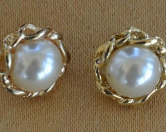 Faux Pearl, Gold tone Swirl Pierced Earrings, Vintage (AB12)