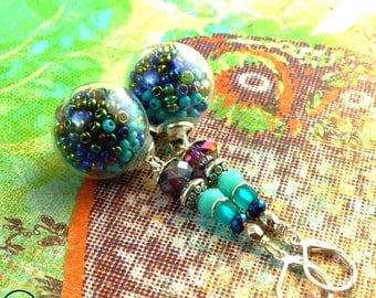 Precious Gipsy . Boucles d'oreilles Uniques bleu vert violet globe verre perles bohème rocailles design original Tikaille