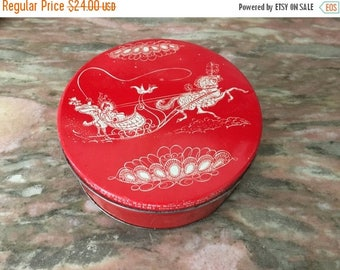 """Christmas Sale Vintage Christmas Tin 1950s Holiday Container Fruit Cake 7"""" Round Horse Drawn Carriage"""