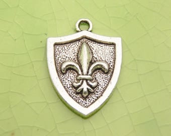 10 silver fleur de leis shield charms pendants weapon war protection battle fairytale once upon a time charming knight 23mm x 17mm -C0753-10