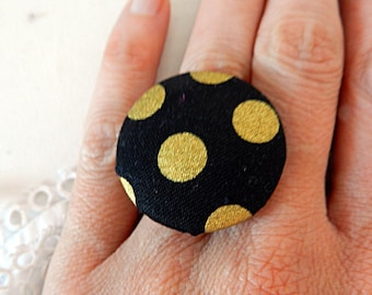 Adjustable ring in black fabric with golden polka dots