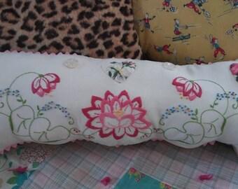 Housse de coussin brodé, taie de coussin décoratif Upcycled, vintage rose et blanc floral