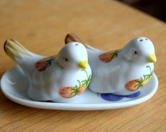Vintage Ceramic Bird Salt and Pepper Shakers with Matching Tray   Strawberries // Housewarming Gift // Vintage Housewares