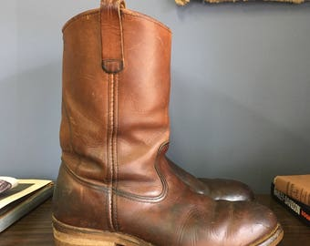 9 B (Narrow) | Vintage Steel Toe Red Wing Pecos Boots Moto Boot Pull On Leather Boot in Brown Leather