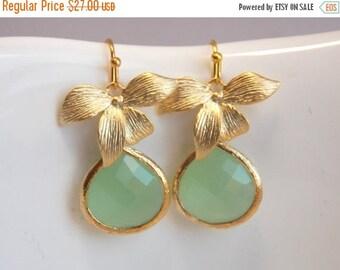 SALE Light Green Mint Earrings, Glass, Crystal Gold Earrings, Flower, Dangle, Drop, Wedding Jewelry, Bridesmaid Earrings, Bridesmaid Gifts