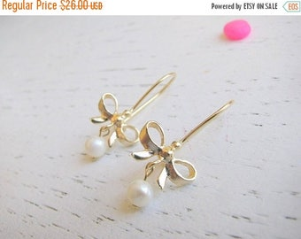 SALE - Bow dangle earring - gold bow nearrings -  gold earring - bow earrings with freshwater pearl - Mother of groom
