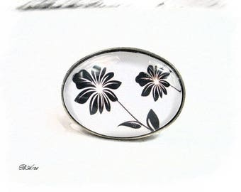 Adjustable ring black and white oval BA126