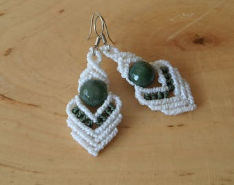 White macrame earrings with green agate, handwoven dangle earrings with faceted gemstone, white Boho fashion jewelry, festival jewelry