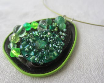 Neck capsule of Brown and green tea and green beads