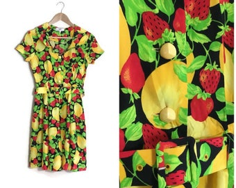 90s fruit print dress / black summer dress with fruits / strawberrry and lemons / skater dress / fit and flare / 90s button up mini dress