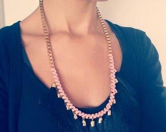 Collier pompons noir suédine rose poudré tissé pour femme, collier chaine dorée, collier femme rose, collier ethnique