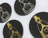 Mat diod llwyd Hen Fenyw Lledr //  Grey Welsh Lady Leather Coaster.
