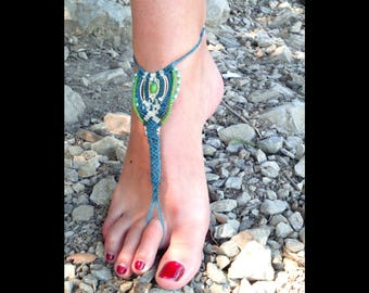 Blue foot jewel in macrame blue and green