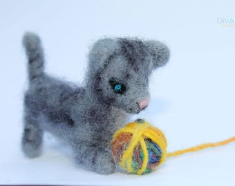 Needle Felted Kitty with Colorful Ball of Yarn - - Little Cat - 100% Pure Wool - Needle Felting Gift - Waldorf doll - Merino Wool