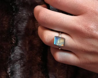 Vintage Adorable Labradorite Stone Ring set in Sterling Silver