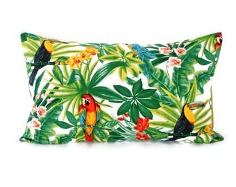 Housse de coussin 50 x 30 cm - tissu exotique imprimé perroquets - verso uni vert anis