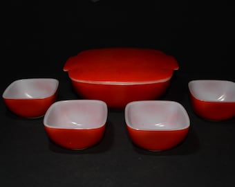 PYREX, Hostess Set, Red Mixing Bowl with Lid and 4 small bowls, made in the 1950s, Midcentury serving set, Vintage Pyrex, 1950s