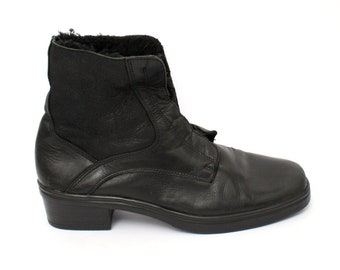 EU 41 - Black leather vintage ankle boots with soft lining - size Mens 8 / womens: UK 7 / US 9,5 - 1980s black laced winter fake fur - 80s