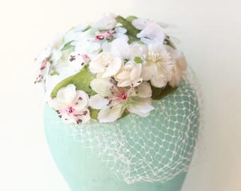 Vintage bridal veil hat, 1950s flower hat, Unique wedding, Millinery flowers, Floral silk hat, White pillbox hat