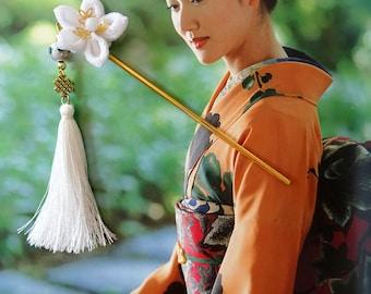 Pique à cheveux japonais kanzashi avec fleur Tsumami blanche et pompon