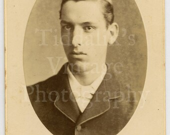 CDV Carte de Visite Photo Young Handsome Victorian Man Oval Framed by Henry Gregson of Luton England