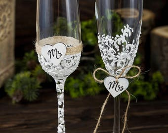 Personalized Champagne Flutes Mr and Mrs Wedding Glasses, Toasting Flutes, Rustic Wedding Flutes Engraved Champagne Glasses Toasting Glasses