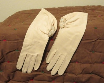 Vintage 1950s cream cloth gloves short formal evening bridal glass beads faux pearls (62417)