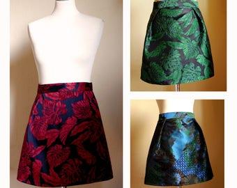 Jupe courte brocard, tissu taffetas irisé multicolore, jacquard grandes fleurs vertes ou rouges. Mini jupe femme. Motifs. Fait en France