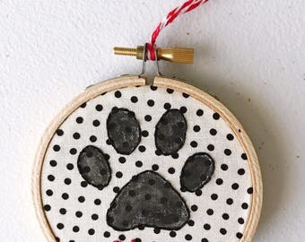 Personalized Pet Ornament. Paw Print and Pet Name. Christmas Tree Ornament. Custom Dog name or Cat name. Embroidery hoop art. Christmas gift