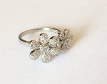 Beautiful vintage hallmarked 18ct 18k white Gold and 0.12ct diamonds floral ring. UK size I
