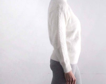 Vintage lambswool and angora turtle neck sweater with cable knit design. Vintage sportswear - sustainable fashion. Size S