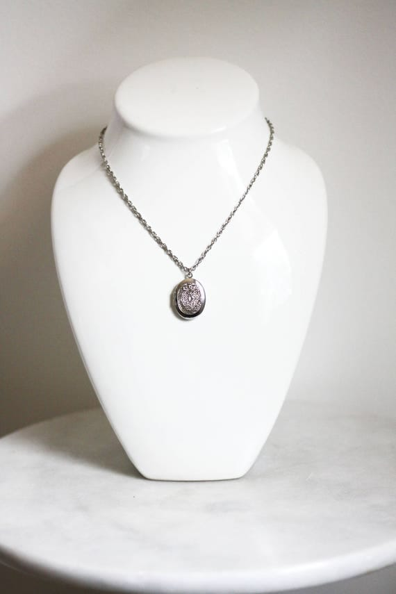 1970s silver locket necklace // 1970s locket // vintage jewlery