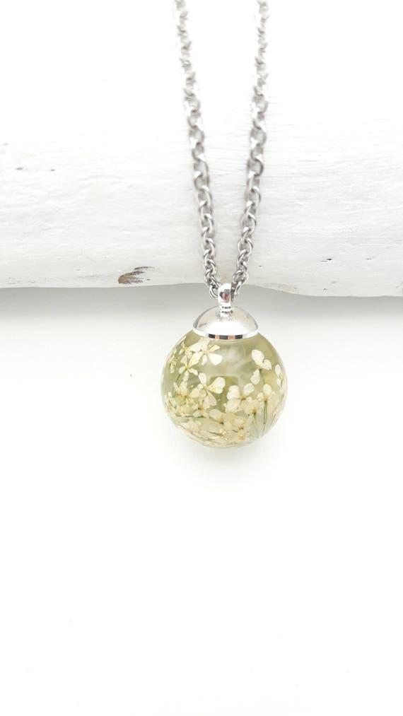 Collier fleurs blanches résine claire globe rond et chaîne en acier inoxydable argenté hypoallergénique