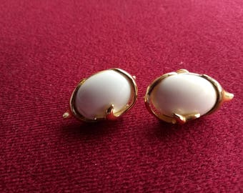 Vintage Sarah Coventry Screw Back Oval White Cabachon and Gold Tone earrings