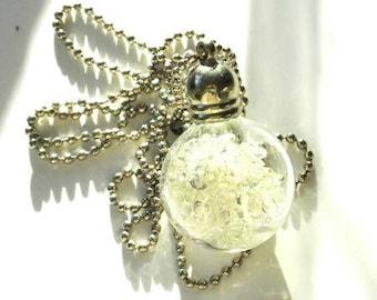 Collier pendentif flacon boule en verre remplie strass