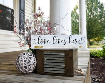 Love lives here rustic pallet sign.  Love lives here, arrow, arrow sign, arrow decor, rustic wood sign, housewarming gift, wedding gift.