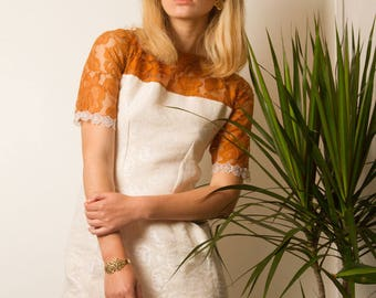 Short sleeves dress in ivory damask with a plastron and camel lace sleeves