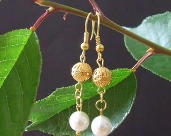 1 pair of dangling earrings in gold tone cultured pearl