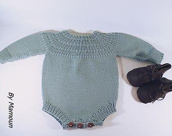 Barboteuse manches longues (3 mois) entièrement tricotée main dans un fil doux 100 % mérinos coloris vert amande