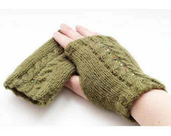 Care instruction to knit mittens khaki Green