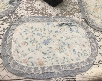 Set of Fabric Placemat Quilt Floral with Lace and ribbons Kitchen table Spring or Summer decoration Set of 4 Hand Made