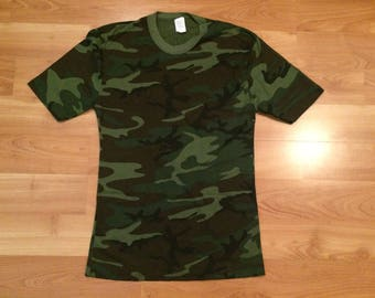 Small vintage Woodland camo T shirt men's 32-34 green black brown Army military camouflage