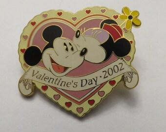 Disney Disneyland Valentines Day 2002 Mickey and Minnie In Heart Pin