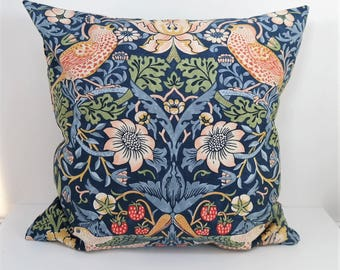 Double-sided 18'' cushion cover STRAWBERRY THIEF. Design William Morris. 100% cotton for pillow in size 45x45 cm (18''x18'').