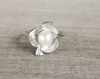 White gold trefoil ring with pearl and diamond
