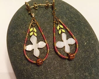 Drop earrings with mother of Pearl flower