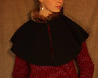 Pèlerine noire, chaperon, petite cape avec capuche bordée avec dentelle rouge ou galon (adulte ou enfant )     Cape Diem