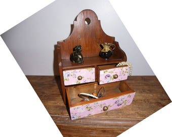 To hang wooden jewelry box